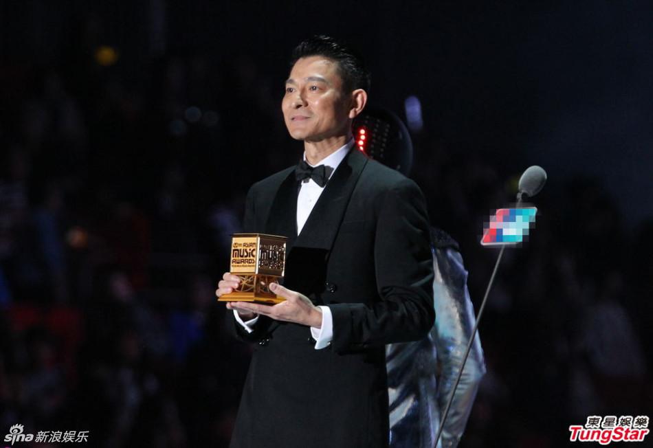 主办方邀请刘德华为韩国男子团体EXO颁奖,当刘德华双手给EXO