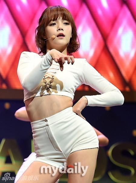 组图:韩国女团AOA穿三角裤下蹲 撅臀热舞