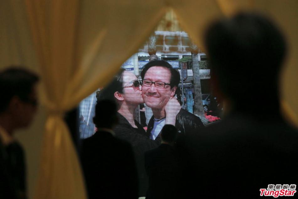 日下午香港举行向华胜追思会,遗孀端木樱子现身时,神情平静,吴图片