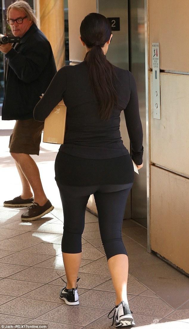 珊紧身服秀葫芦身材 裤子被卡出勒痕