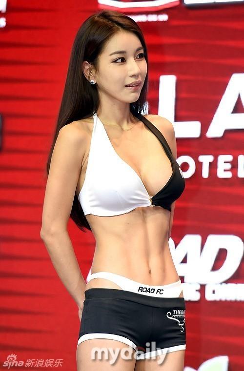 韩国格斗比赛的擂台女郎 韩国格斗比赛的擂台