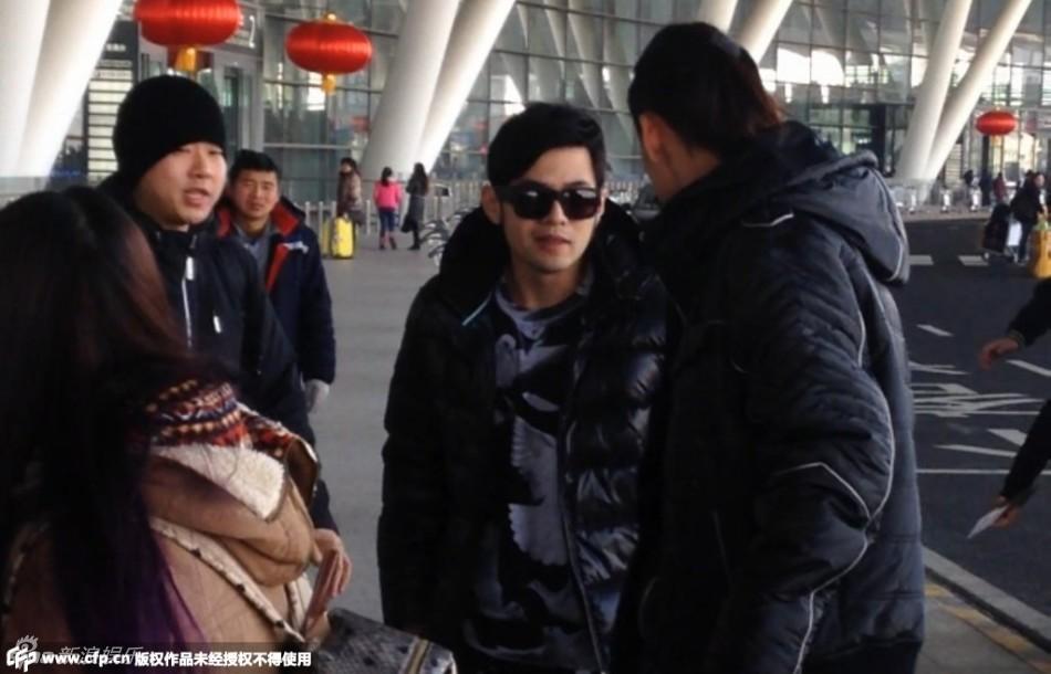 新浪娱乐讯 周杰伦参加完江苏跨年演唱会与女友昆凌一同返回台湾,图片