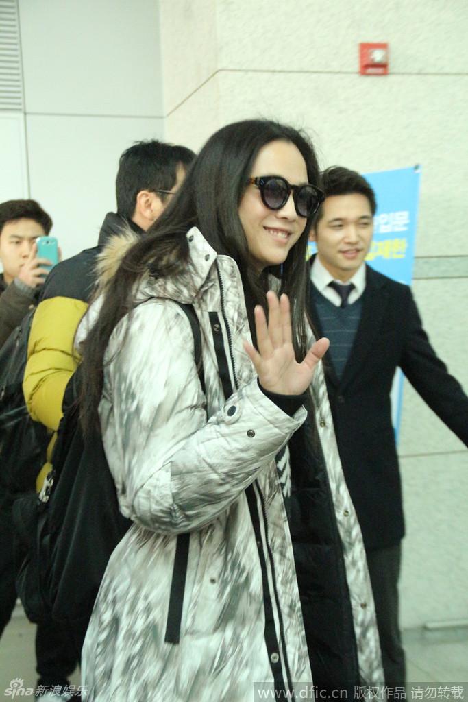 人妻汤唯携老公现身机场 微笑挥手展亲和(图)