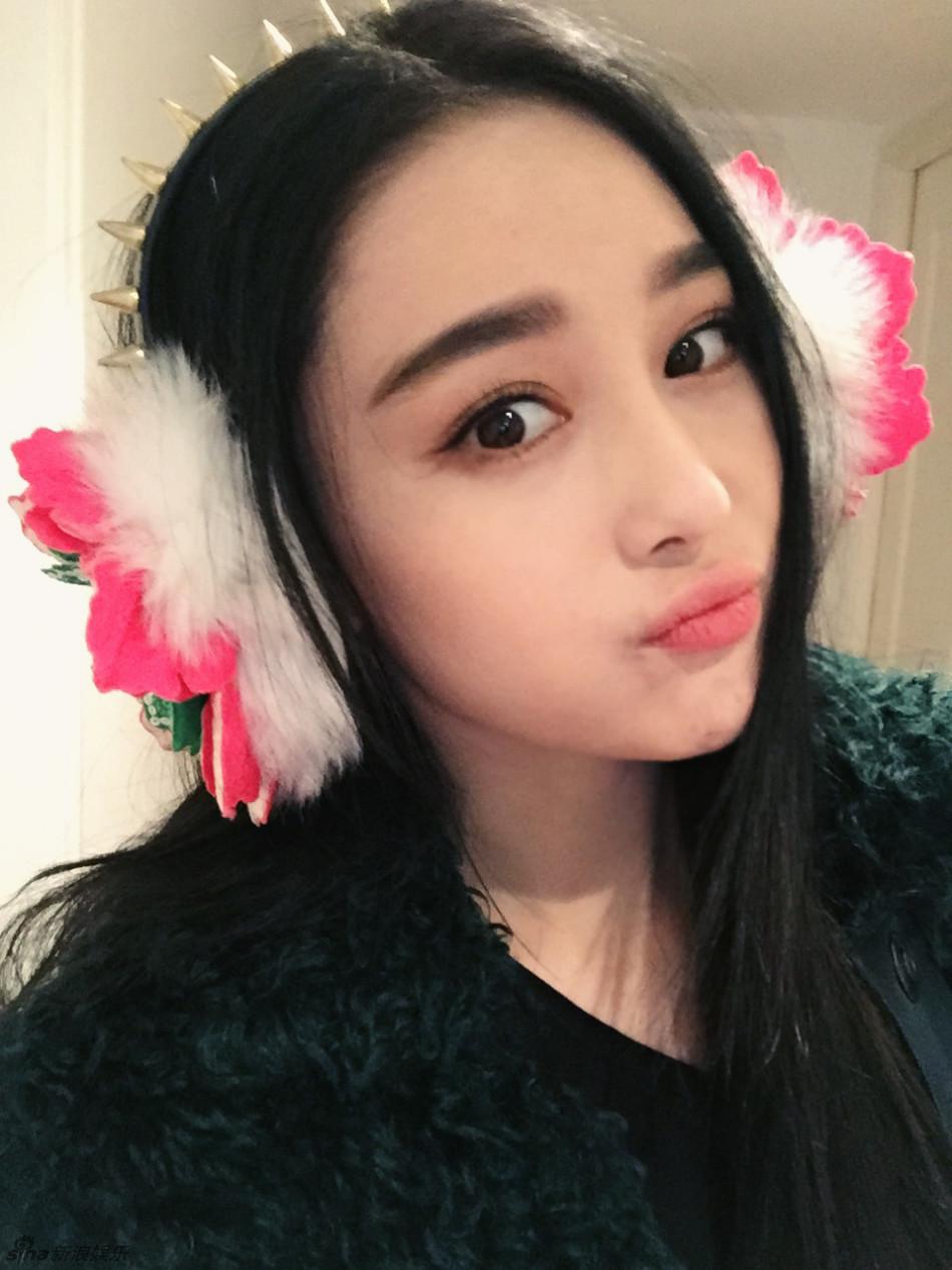 她戴着可爱的耳套,不时嘟嘴,wink卖萌,网友纷纷留言太像范冰冰了.