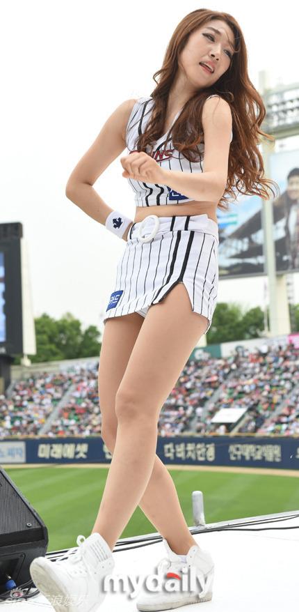 韩国啦啦队助阵棒球赛 美女穿迷你裙下蹲