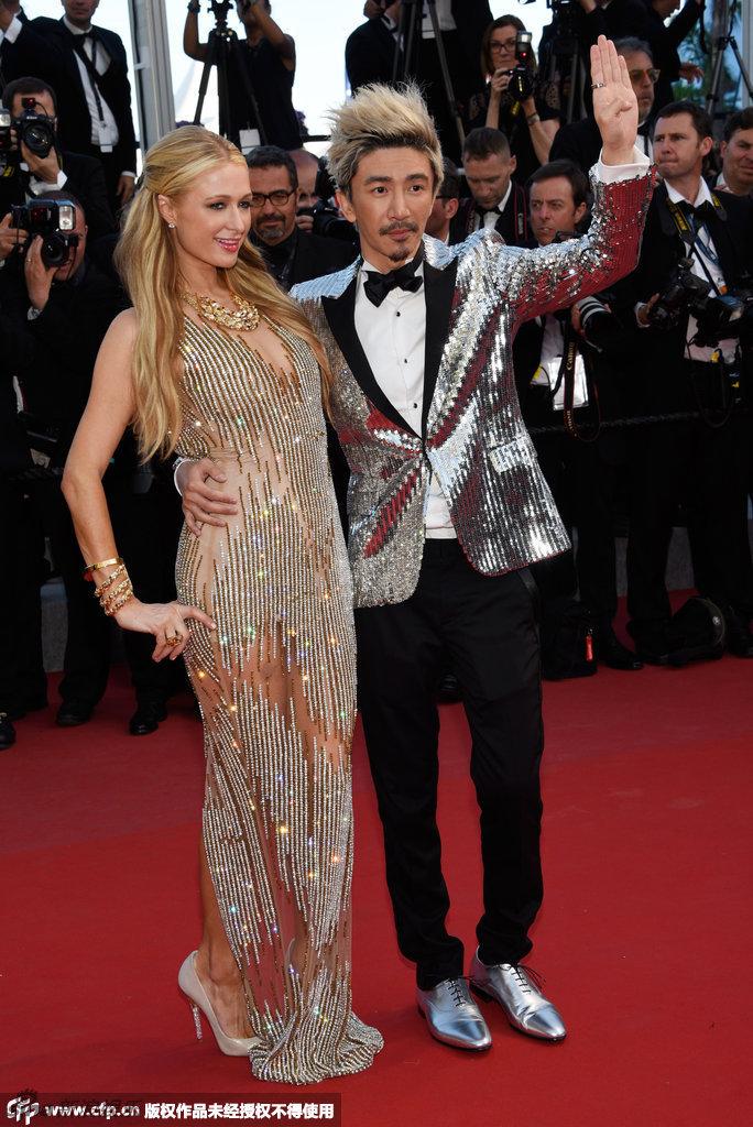 希爾頓攬中國男伴走紅毯 絕望主婦全裸透視裝