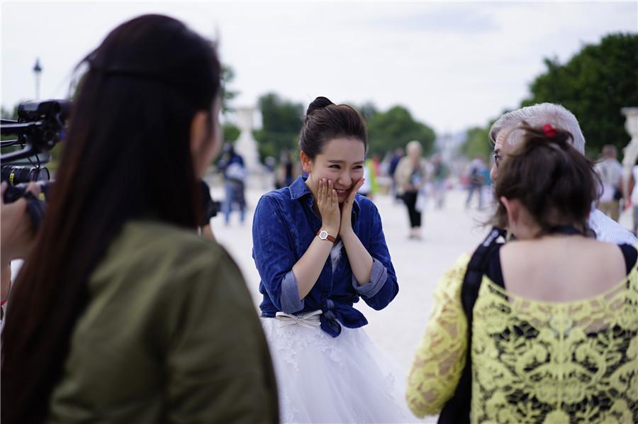 组图 戚薇法国遭外国粉丝强吻 亲密卖萌合影