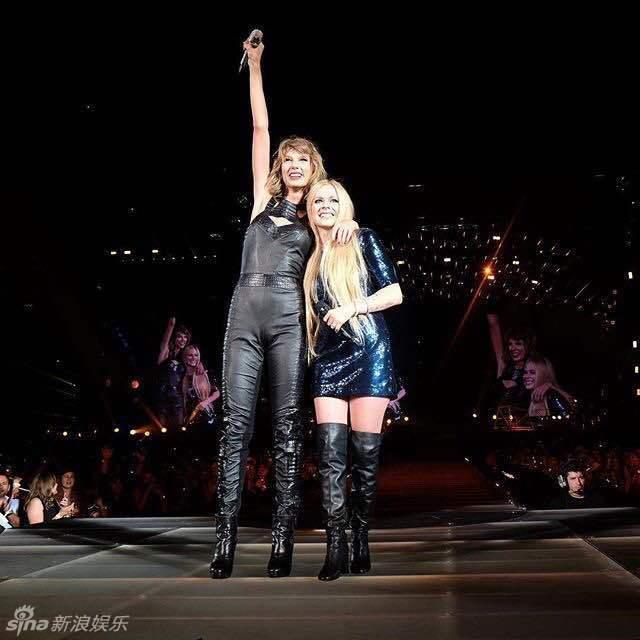 艾薇儿空降泰勒演唱会 激情合唱活力四射_娱乐频道_乐坛动态_四川在线 Avril Lavigne Complicated