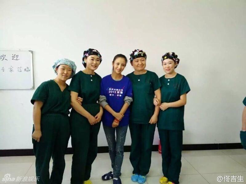 李亚鹏佟丽娅着装低调休闲 赴新疆做慈善