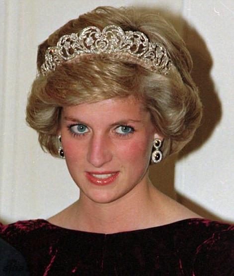 的欢迎晚宴上,英国女王和凯特王妃都戴了象征皇室意义的皇冠,在