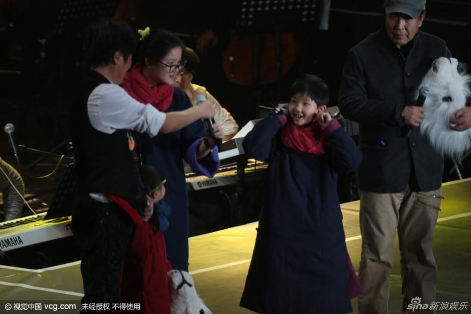 组图:孙楠祖孙三代同台献歌 二女儿首亮相