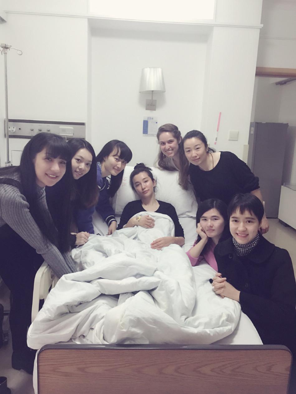 组图:李冰冰大病初愈晒合影 被赞工作室美女多