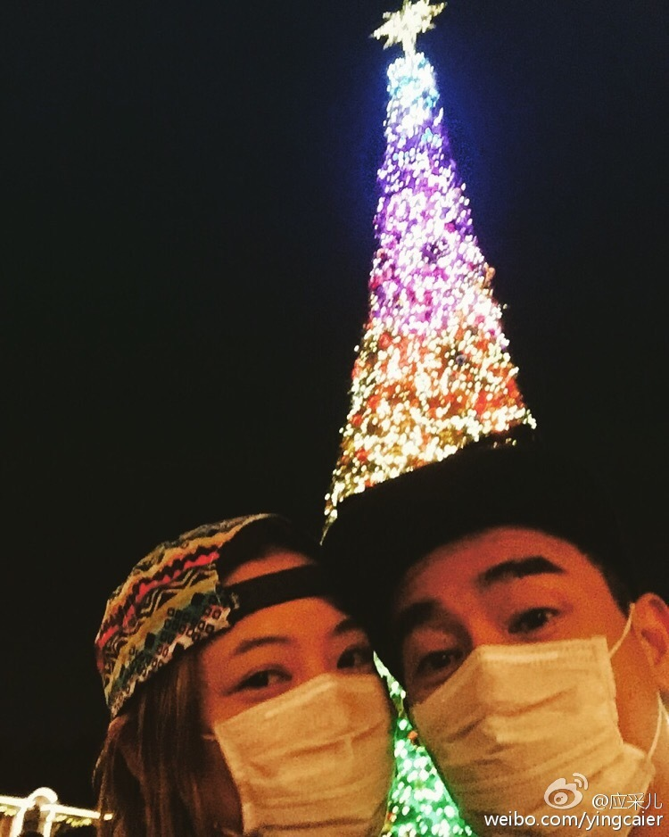 组图:陈小春全家温馨过圣诞 爱子坐飞船吓捂眼