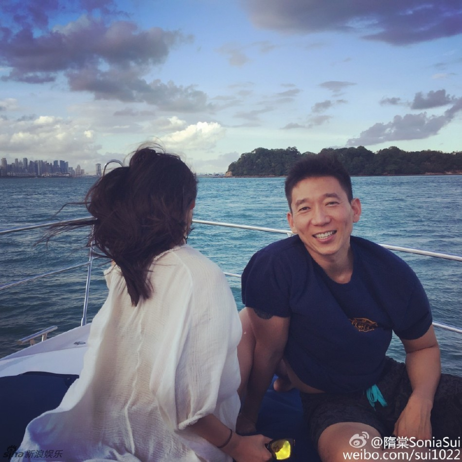 组图:隋棠和老公坐游艇出海 产后依旧苗条美艳