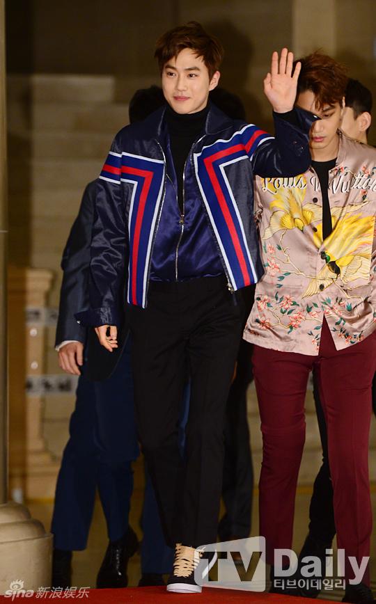 组图:EXO盛装亮相金唱片 被粉丝笑穿的太花哨