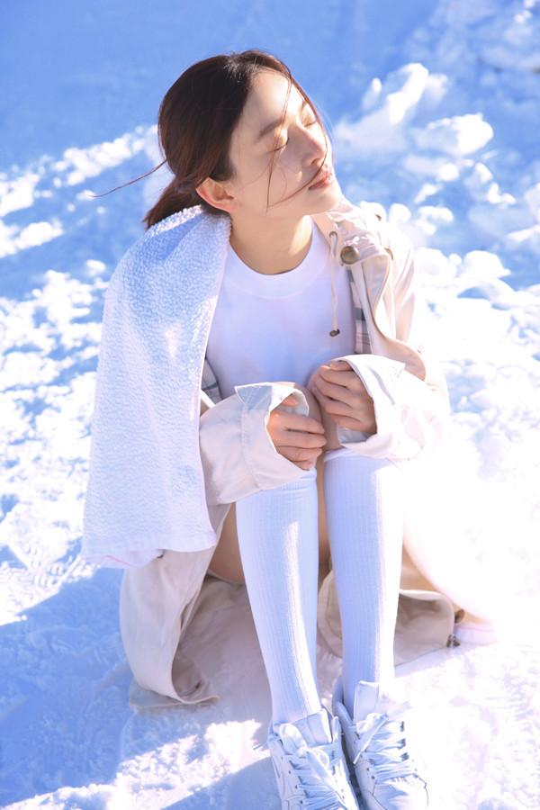 组图:施诗冬日雪地写真