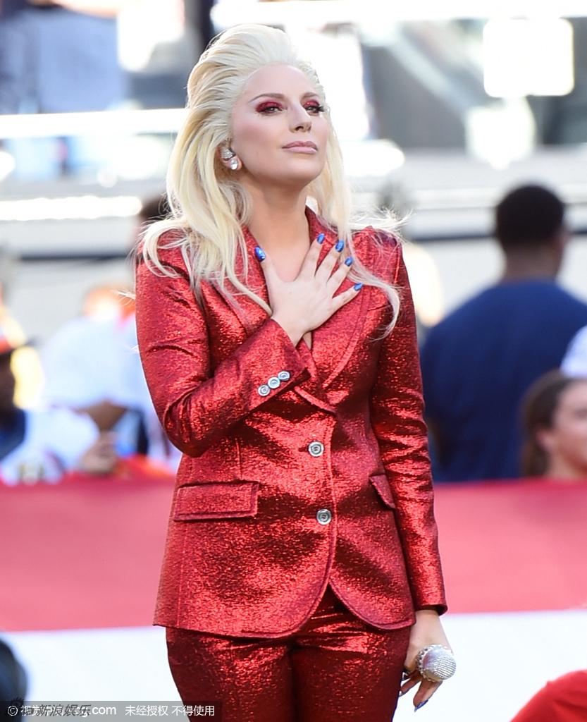 组图:Gaga红装霸气发型雷人 超级碗抚胸唱国歌