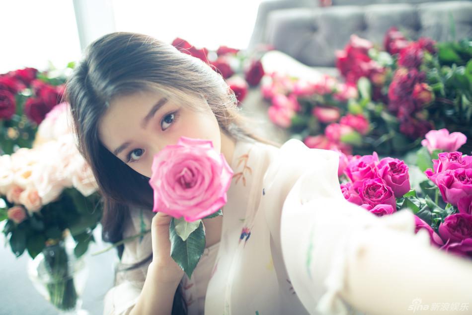 组图:林允拍摄情人节玫瑰大片 清纯与妩媚并存