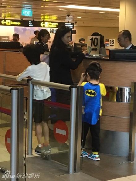 组图:张柏芝携子现身新加坡 小儿子戴面具搞怪