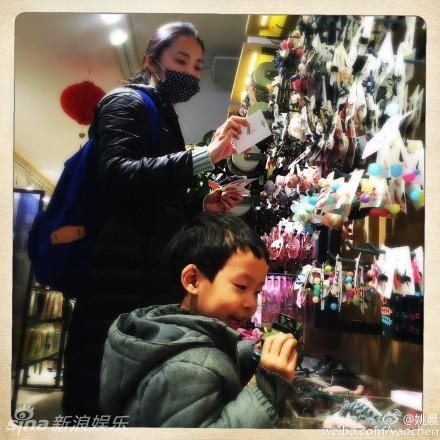 组图:姚晨儿子帮妈妈选发带 骑滑板车遛弯儿