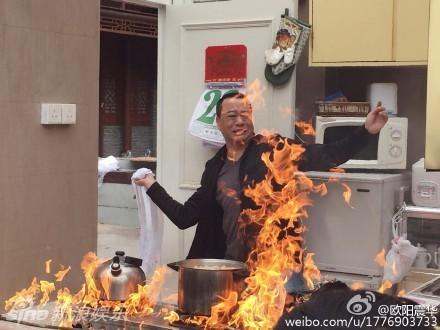 组图:55岁欧阳震华拍火灾戏 奋力扑救十分敬业
