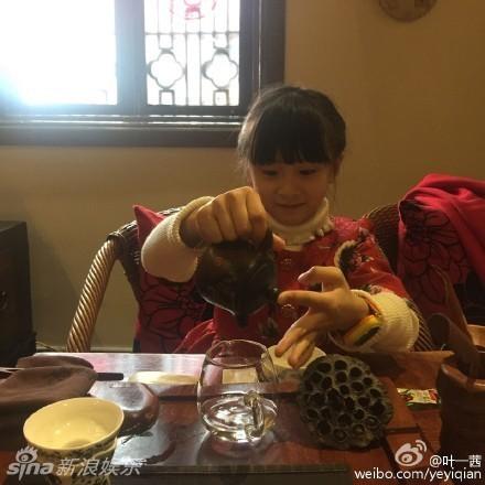 组图:森碟学习茶艺有模有样 笑容甜美惹人爱