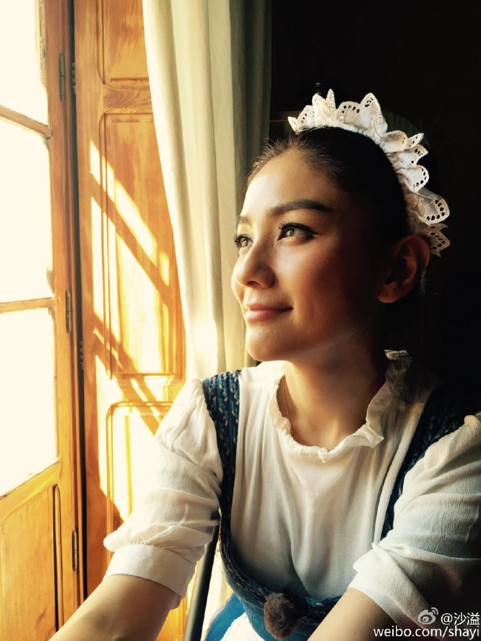 照片中,胡可穿着女仆装,造型十分可爱,沙溢穿着欧洲贵族服饰,与妻子一