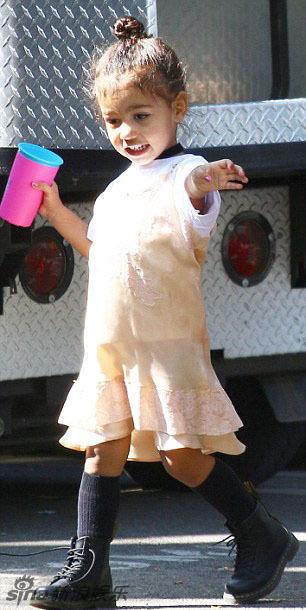 组图:卡戴珊逛baby精品店,西北妹变身小公举