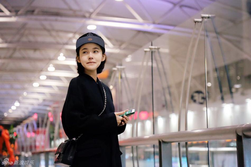 组图:张佳宁机场街拍 黑衣素颜惹人怜_高清图集_新浪网