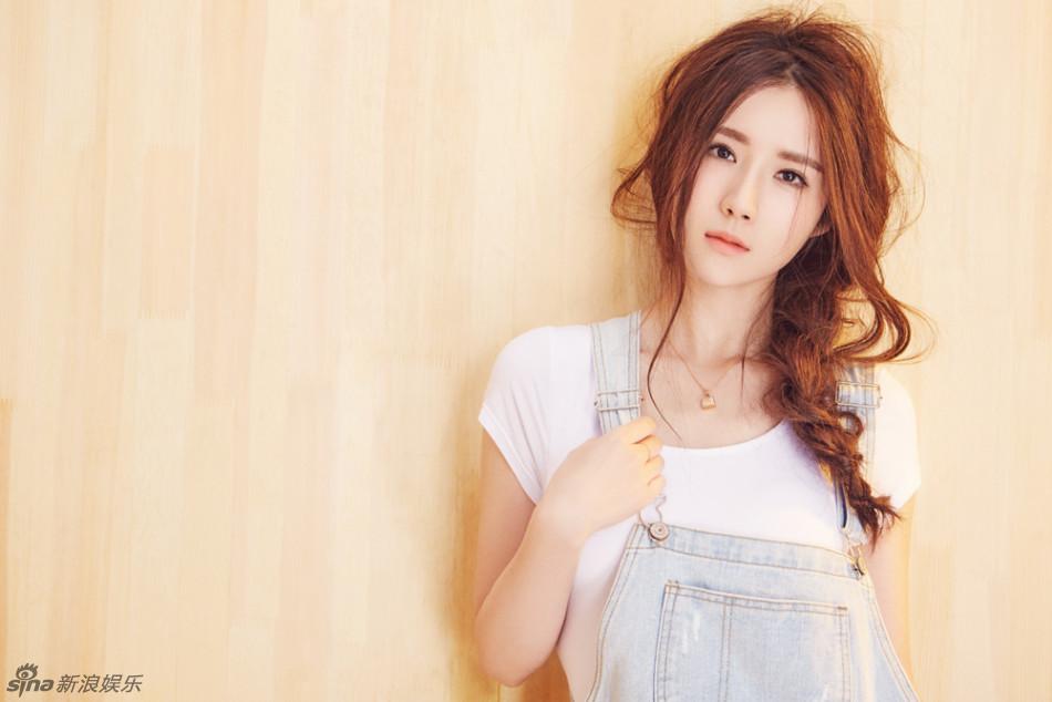 近日,方安娜发布一组时尚写真,照片中的她身着简单的白T桖和浅色背带牛仔裙,梳着略显凌乱的辫子,好似邻家小妹,十分俏皮可爱。