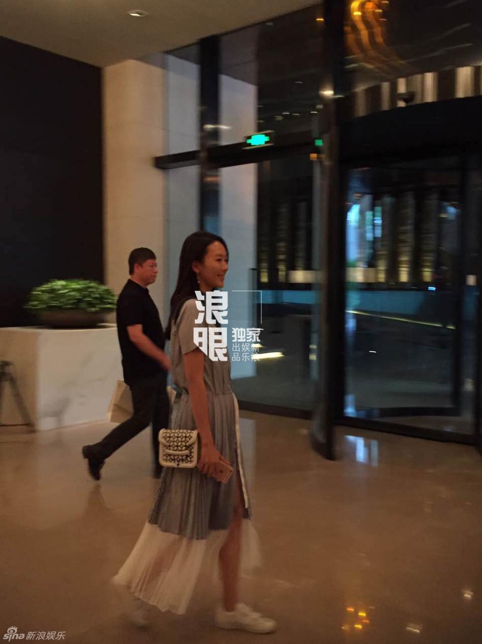 佟丽娅陈思诚为儿办百日 小沈阳忘带红包
