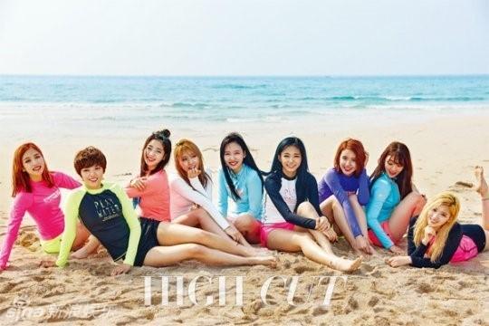 组图:韩女团TWICE海边写真 周子瑜露纤腰翘臀