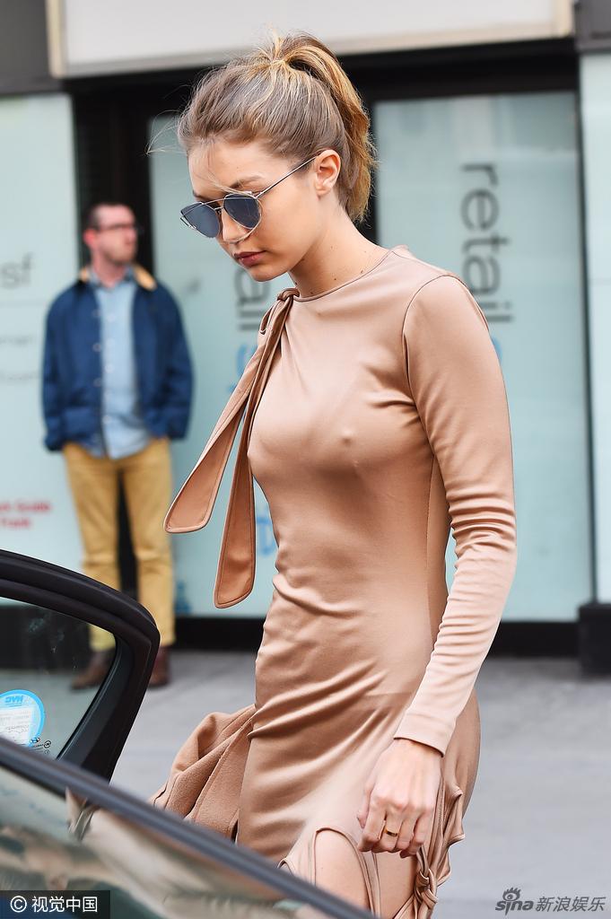 组图:嫩模吉吉裸色裙真空出街 两点激凸吸睛