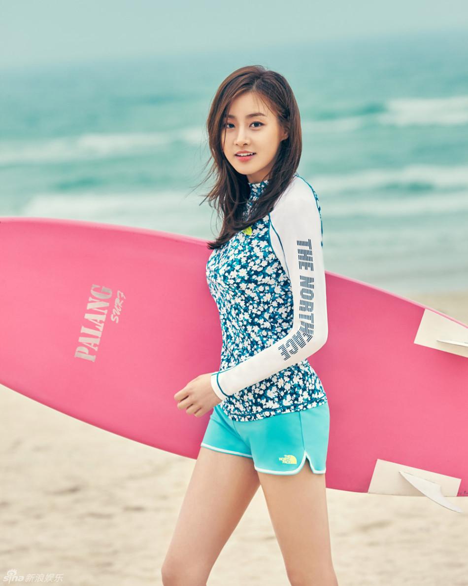 组图:韩星姜素拉海边拍写真 紧身装裹诱人曲线