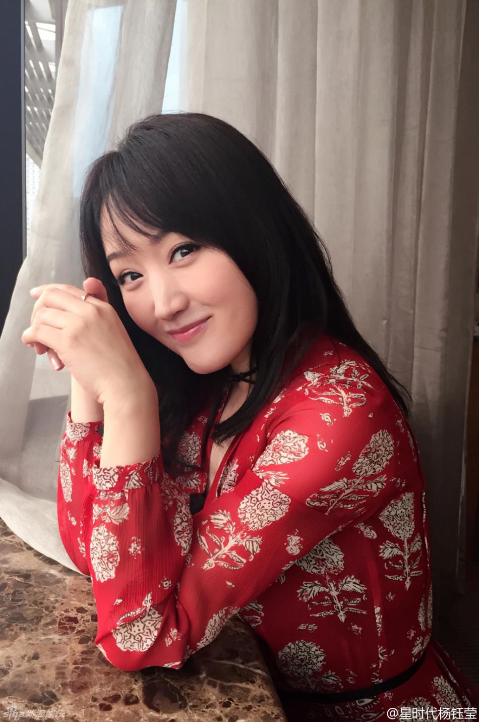 组图:杨钰莹满45岁秀戒指 穿红衣丰满甜美依旧