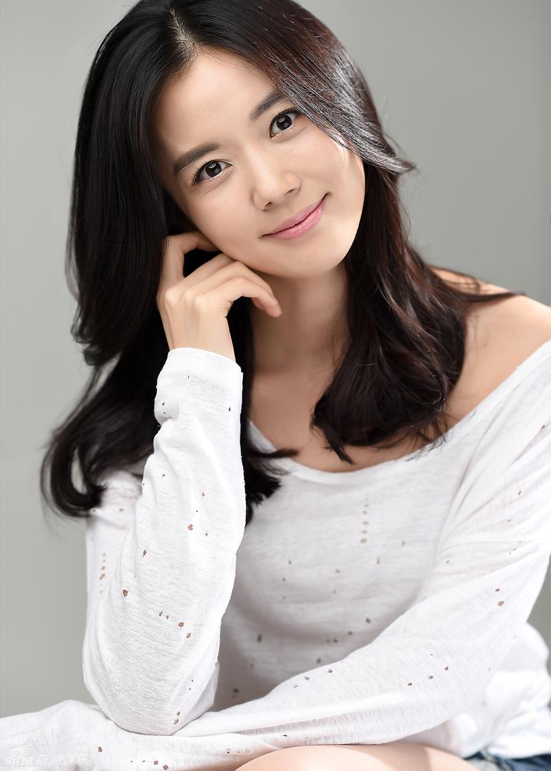 组图:韩女星高娜恩拍写真 白衣温婉露小腹俏皮