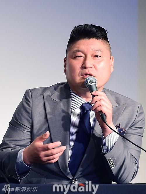 组图:《明星降临》发布会 姜虎东单手举利特