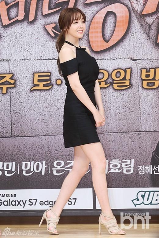 韩剧《美女孔心》敏雅超短裙露香肩 笑眼可爱