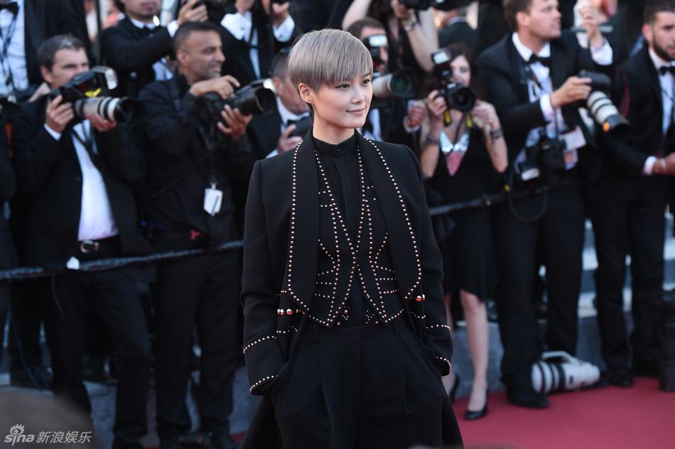 李宇春化身二次元少年 黑衣银发造型酷帅图片