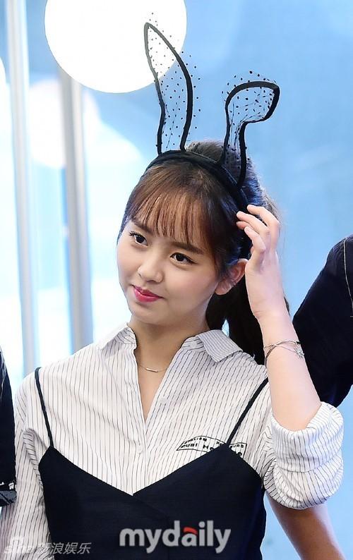 组图:韩星金所炫宣传新剧送咖啡 变可爱兔女郎_高清