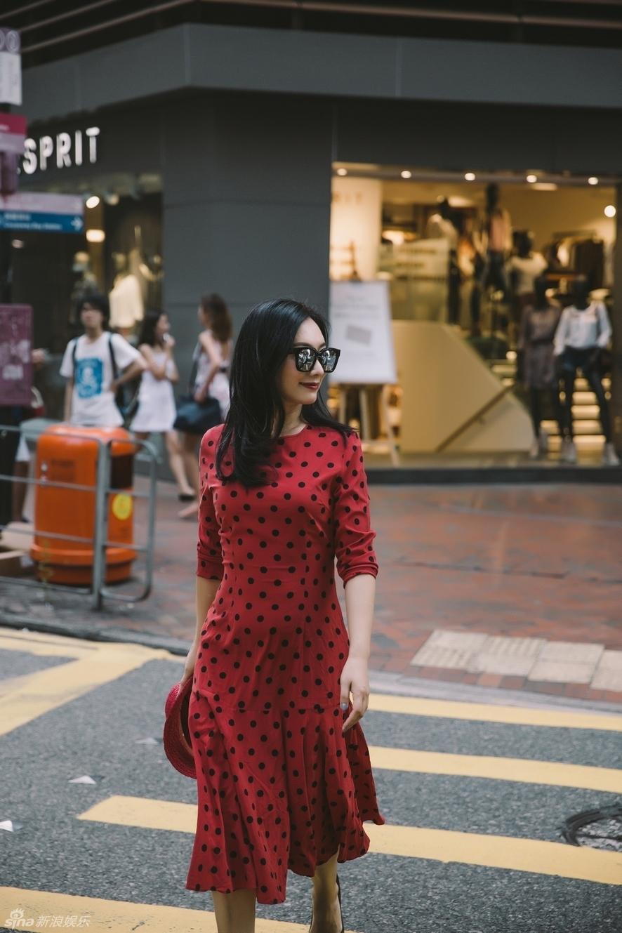 组图 原子霏曝最新夏日街拍 红裙抢镜率性自然