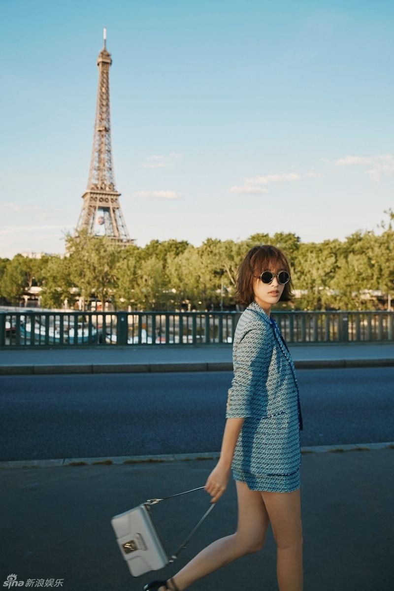 组图:张俪巴黎铁塔露长腿 ol衣服穿出潮范儿_高清图集