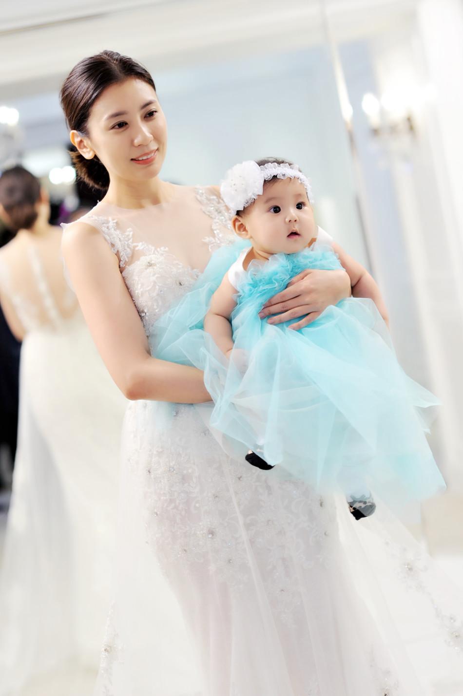 组图 妈超贾静雯咘咘试婚纱 大小公主美呆众人