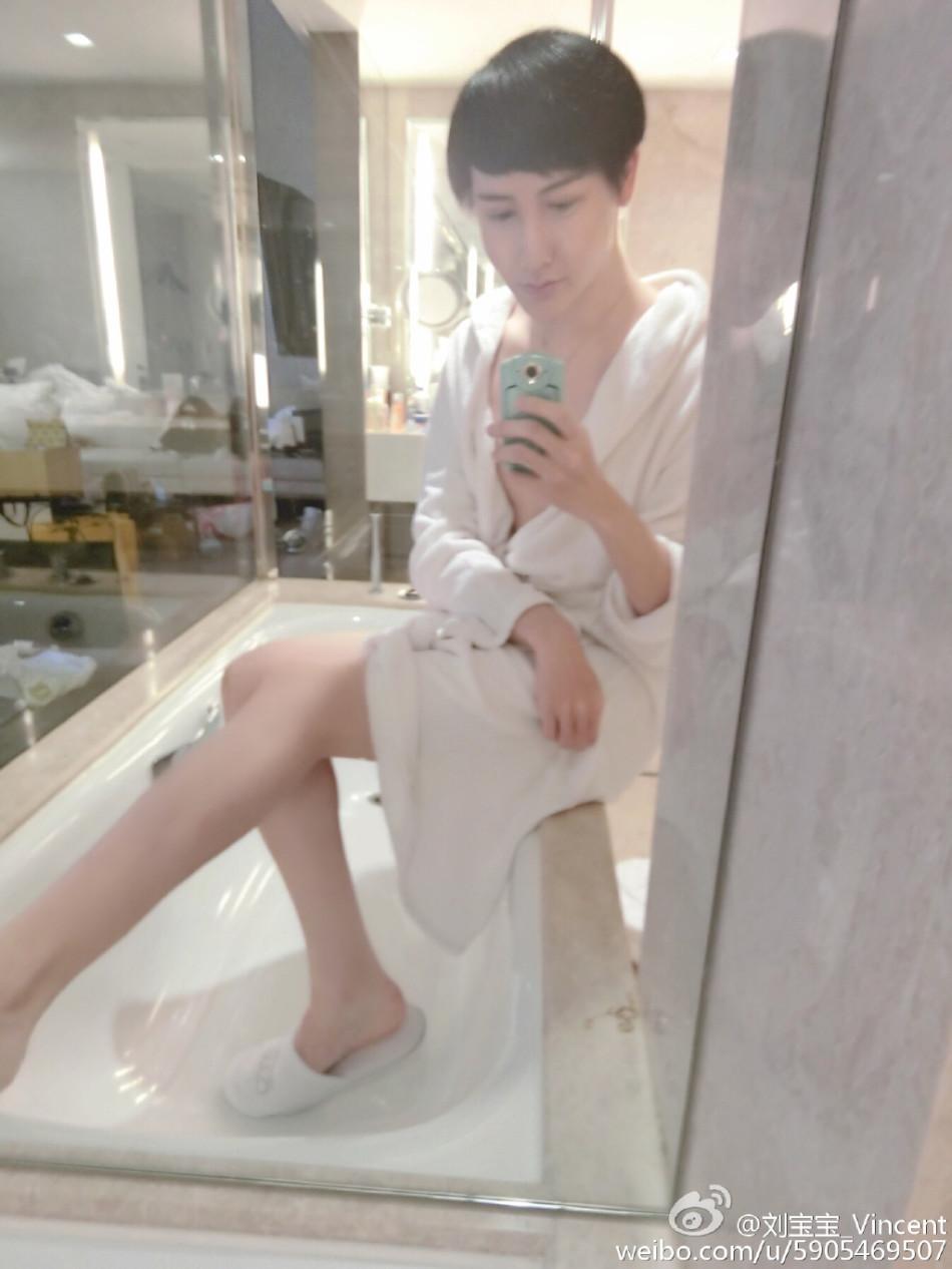 梓萱性感叉腿图