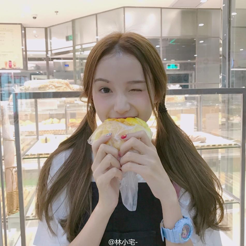 网红林小宅舔吃菠萝包超可爱