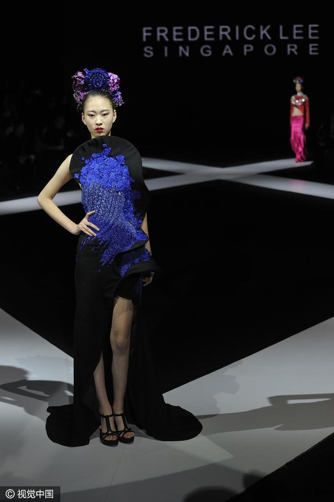 2017哈尔滨时装周开幕式上,模特们穿着各色礼服走秀.-组图 2017