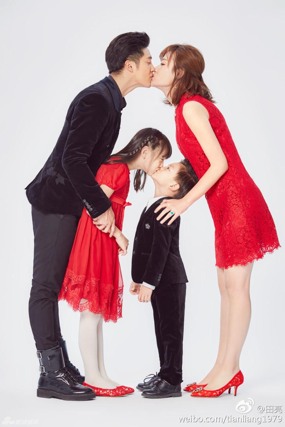田亮一家拍写真迎新年 夫妻姐弟玩亲亲