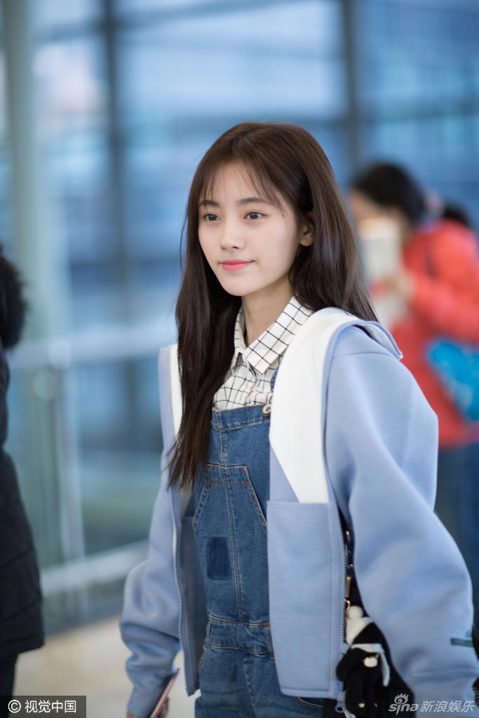 鞠婧祎素颜现身机场 皮肤白皙笑容清纯