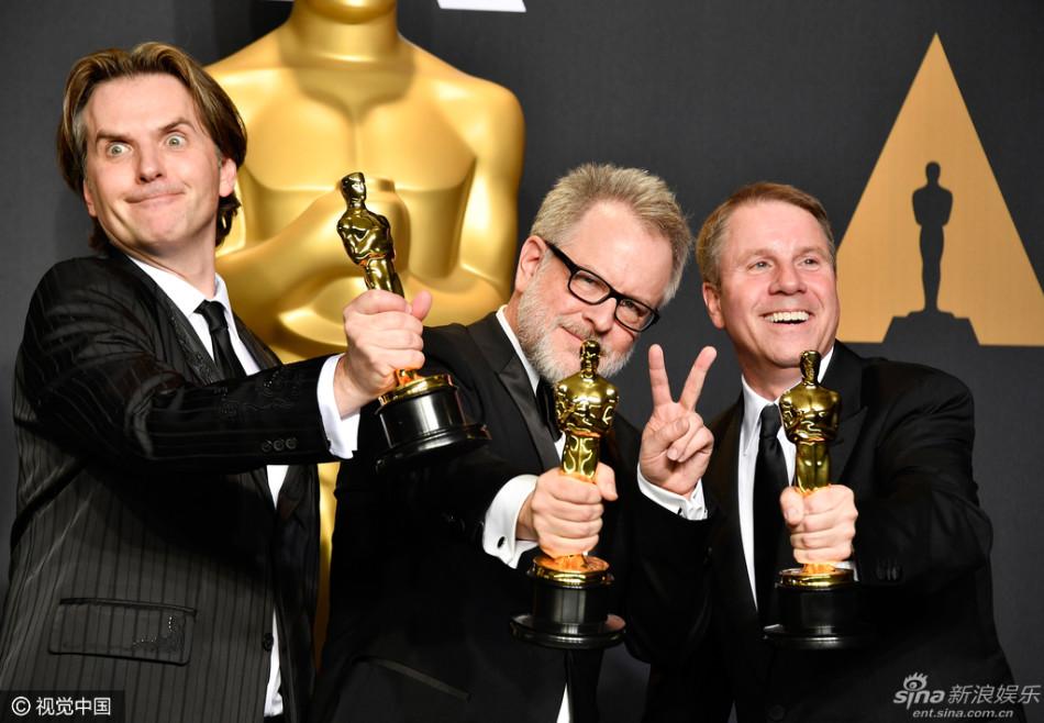 新浪娱乐讯 北京时间2月27日上午(美国时间2月26日晚),第89届美国奥斯卡金像奖颁奖礼在洛杉矶举行。《爱乐之城》狂揽六个奖项成最大赢家,主演艾玛斯通获最佳女主角,卡西阿弗莱克则凭借《海边的曼彻斯特》获得最佳男主角。《月光男孩》斩获最佳影片。