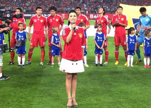 > 正文   1/10   新浪娱乐讯 6月11日晚,中国队vs荷兰队的足球友谊赛图片